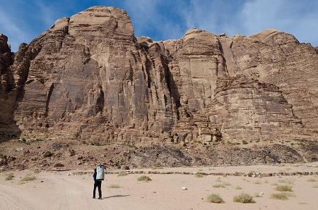 Masív Jebel Rum, napravo v žltej stene výrazná línia - náš Fatal Attraction.
